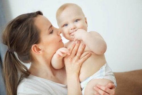Anne bebeğiyle ilgileniyor