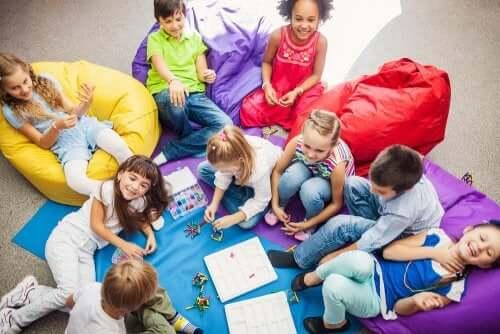 Birlikte oyun oynayan çocuklar