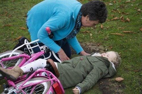 Bisikletten düşen kıza ilk yardım uygulayan büyükanne