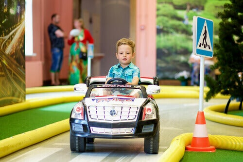 trafik eğitimi alan çocuk