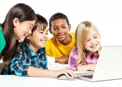Çocuklar bilgisayara bakıyor