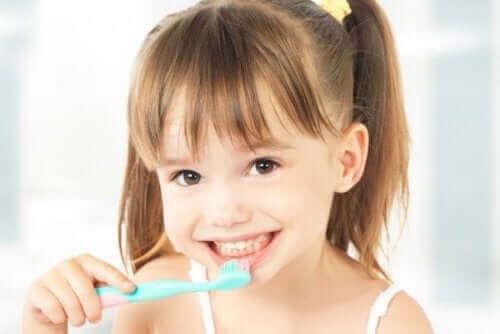 dişlerini fırçalayan küçük kız