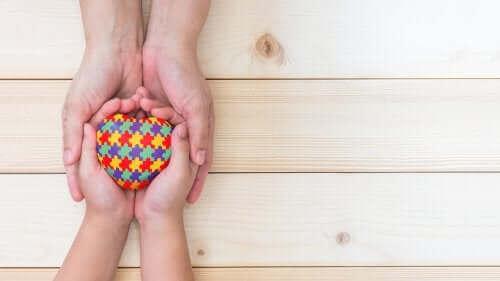 Otizmli çocukların ellerinde tuttukları kalp