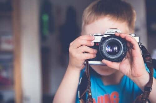 Analog makineyle fotoğraf çeken çocuk