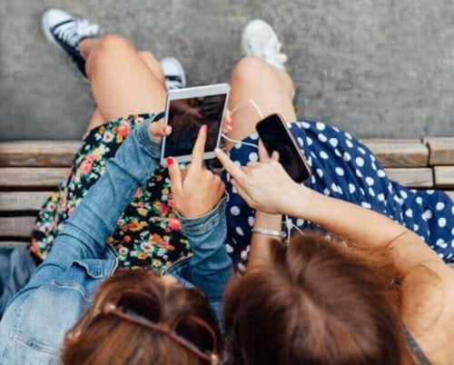 Kızlar akıllı telefonlara bakıyor