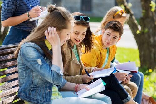 yaratıcı okullarda eğitim alan gençler