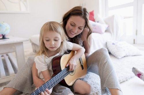 gitar çalan anne kız