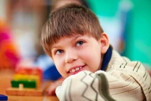 Gülümseyerek yan tarafa bakan çocuk