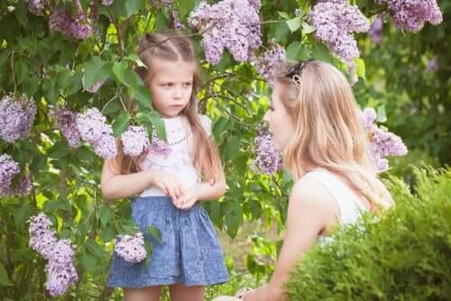 Kızgın çocuk ve annesi çiçek bahçesinde
