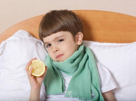 limon tutan çocuk