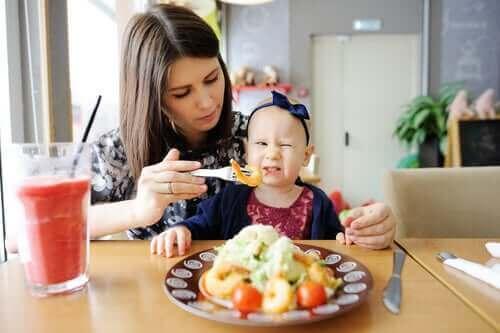 Çocuğunun düzgün beslenmesine yardımcı olmaya çalışan anne