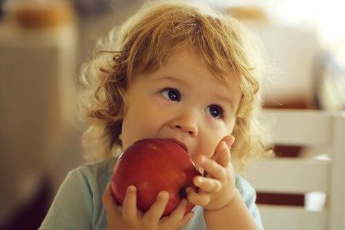 Elmayı ısıran bebek