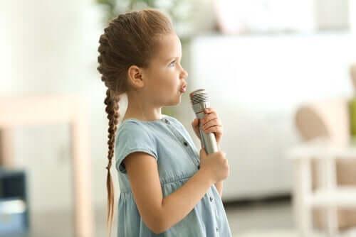 mikrofona konuşan kız çocuğu