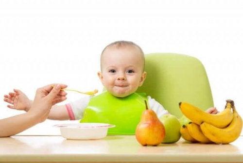 Bebek kaşıktan meyve maması yiyor