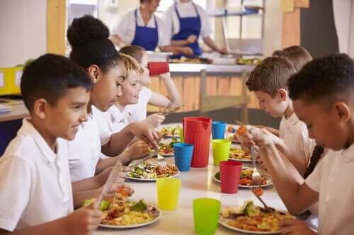 Okulda yemek ve çocuklar