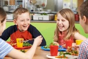 Okulda yemek yiyen çocuklar
