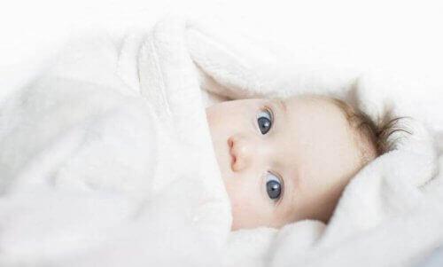 Örtüye sarılmış yeni doğan bebek