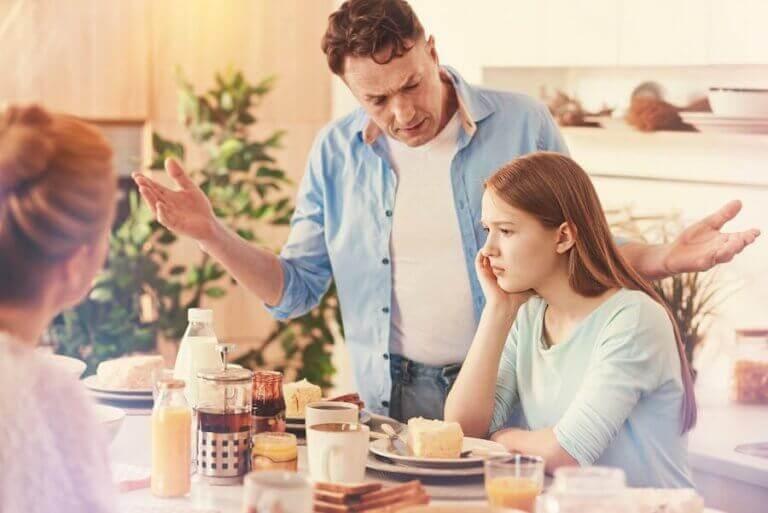 reşit kızıyla tartışan aile