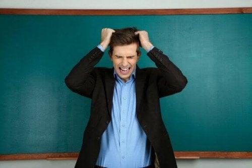 Tahtanın önünde kızgın öğretmen