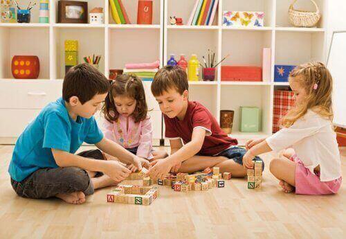 Anaokulunda küplerle oynayan çocuklar
