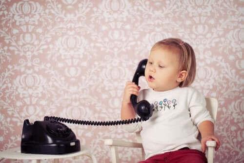 Siyah ahizeli telefonda konuşan bebek