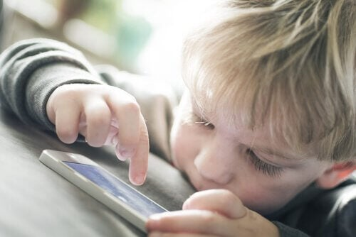 whatsapp kullanan çocuk