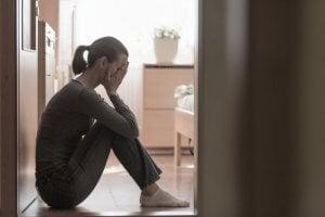 Yerde oturan kadın ve depresyon