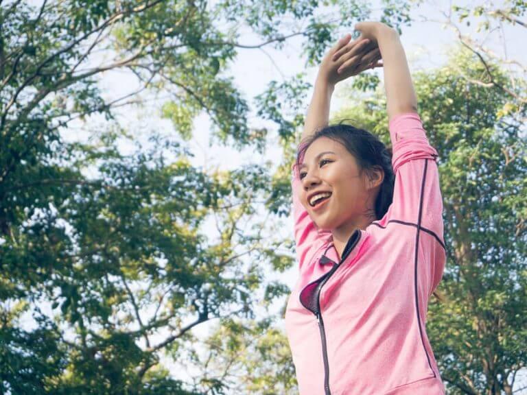 parkta yoga yapan kadın