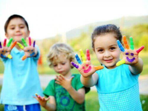 resim yapan çocuklar