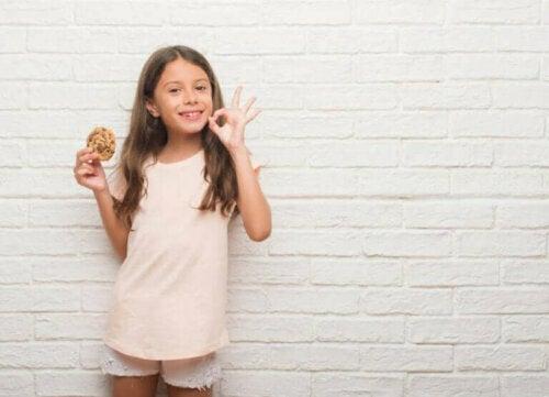 kurabiye yiyen kız