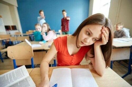 zorbalığa uğrayan kız öğrenci