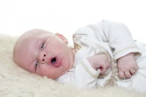 Ağzını açmış bir bebek