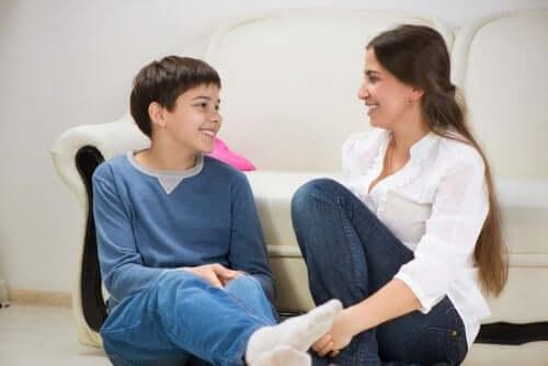 yerde oturarak konuşan anne ve oğul