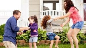 Anne baba ve çocuklar oyun oynuyor