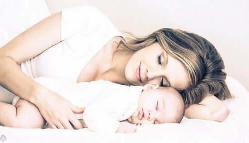 Anne ve bebek birlikte uyuyor