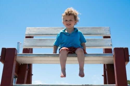 bankta çığlak ayak oturan çocuk