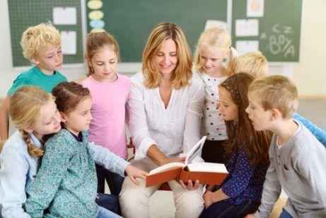 çocuklara kitap okuyan öğretmen