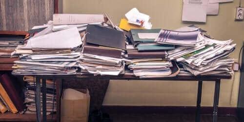 Masa üstünde dağınık materyaller