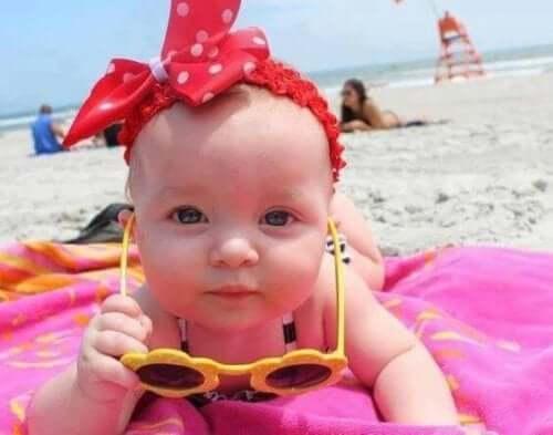 Güneş gözlüklü bebek