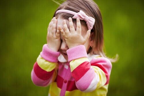 çocukluk korkusu nedeniyle ağlayan kız