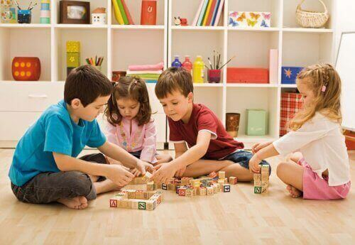Birlikte tahta küplerle oynayan çocuklar