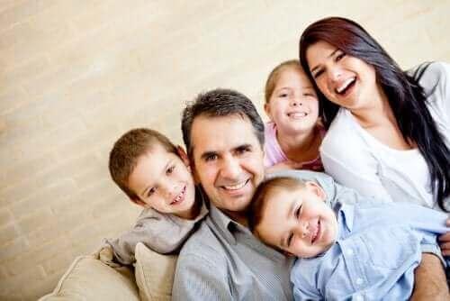 Üvey aile ve anlaşan mutlu çocuklar
