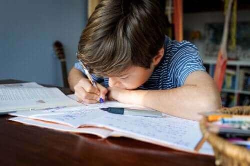 Çocuğunuzun Ödev Yapması İçin Düzgün Bir Alan Yaratın