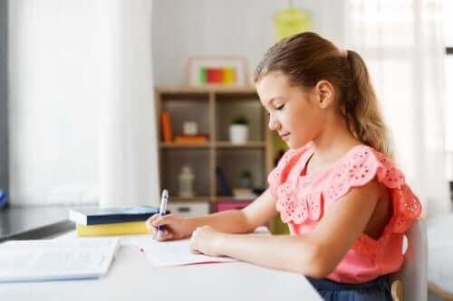 Masada ödev yapan kız