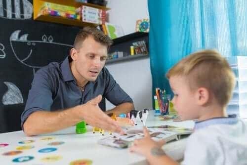 Öğrencisine ders anlatan öğretmen