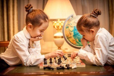 satranç oynayan çocuklar