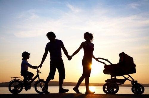gün batımında yürüyen aile