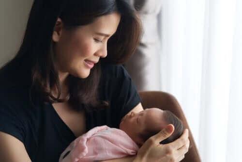 bebeğini kucağında tutan anne