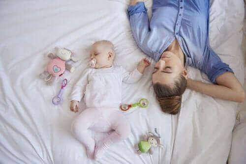 yatakta yatan anne ve bebek