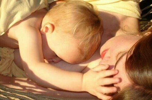 annesinin yanında yatan bebek